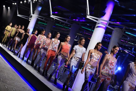 The VERSCE for RIACHUELO was the most expected runway show of Sao Paulo Fashion Week. The store opened immediately after the show ended creating a major reaction in the audience. Foto: Edu Lopes/Agencia Fotosite