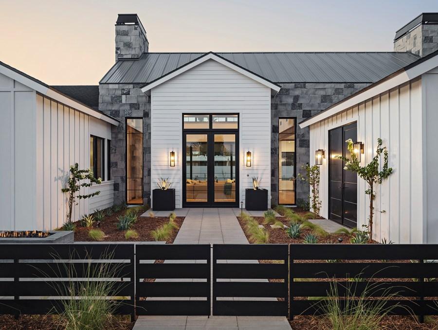 modern-farmhouse-courtyard