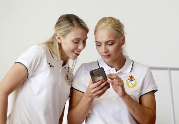 Полина Ведёхина и Дарья Дмитриева подбирают новые фото для своих инстаграмов