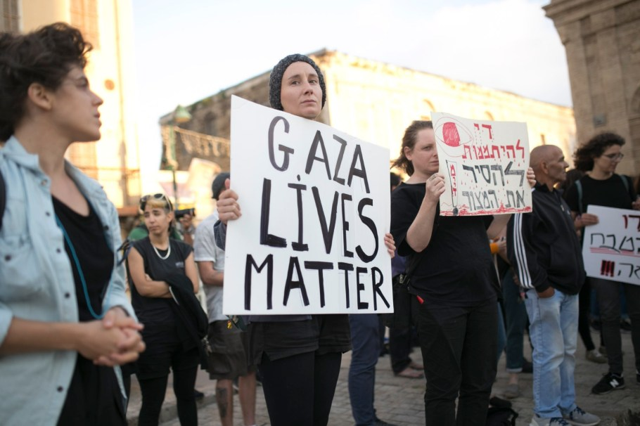 Dozens of Palestinians and Israelis protest the killing of unarmed protesters in Gaza at Jaffa's Clock Square, May 15, 2018. (Shiraz Grinbaum/Activestills.org)