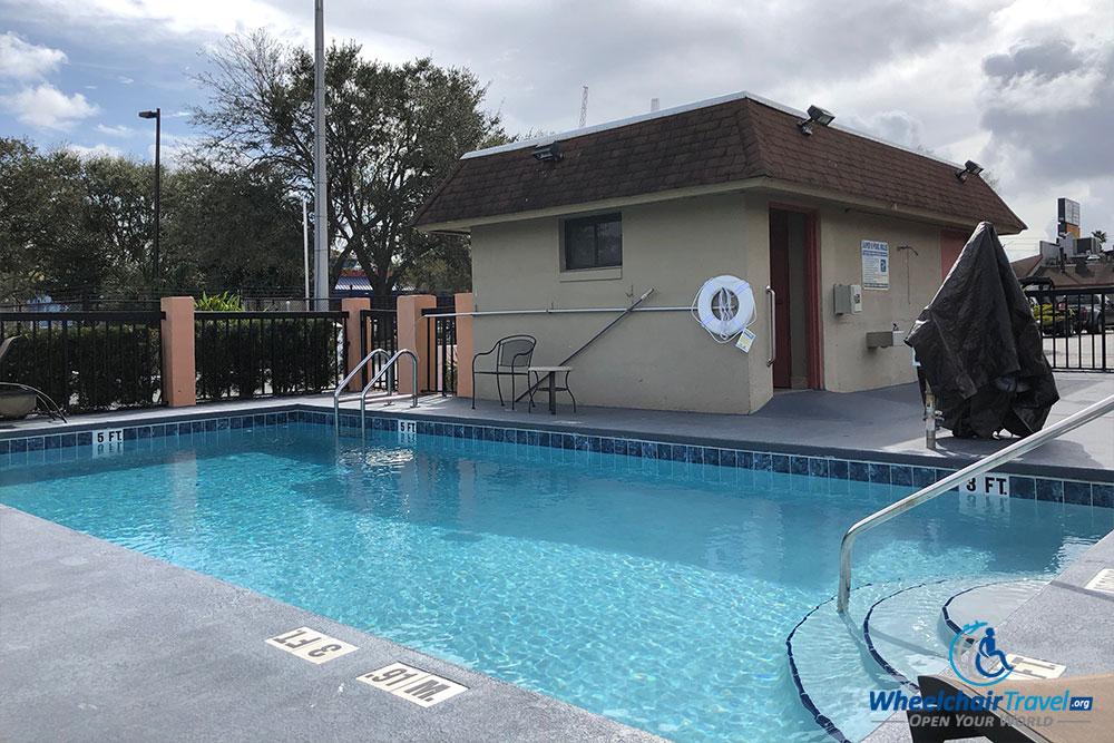 budget-hotels-ada-accessibility-super-8-kissimmee-pool-lift ...