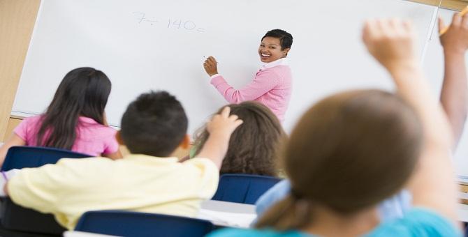 Teacher_holding_elementary_school_maths_class