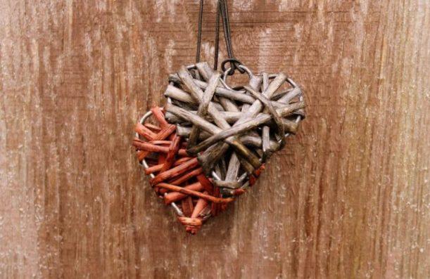 Colliers de coeur en bois
