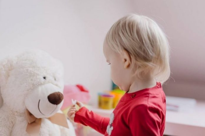 Making the dental routine easier with a stuffed toy for your child