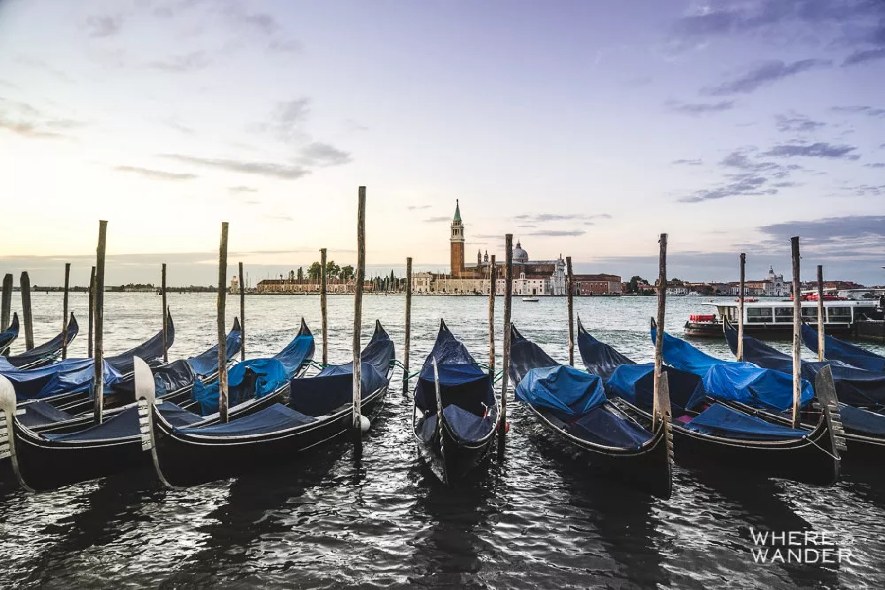 Sunrise-In-Venice-Gondola-Best-Photography-Locations