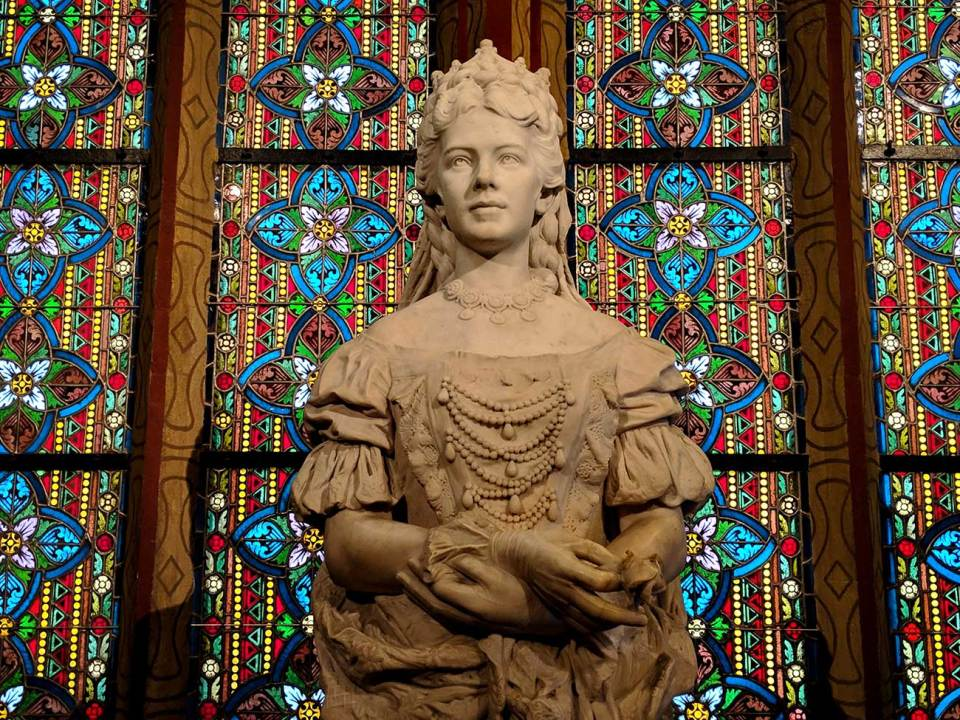 Matthias Church has a statue of Queen Elizabeth
