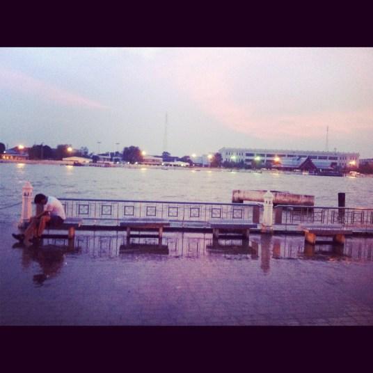 zachód słońca na rzeką