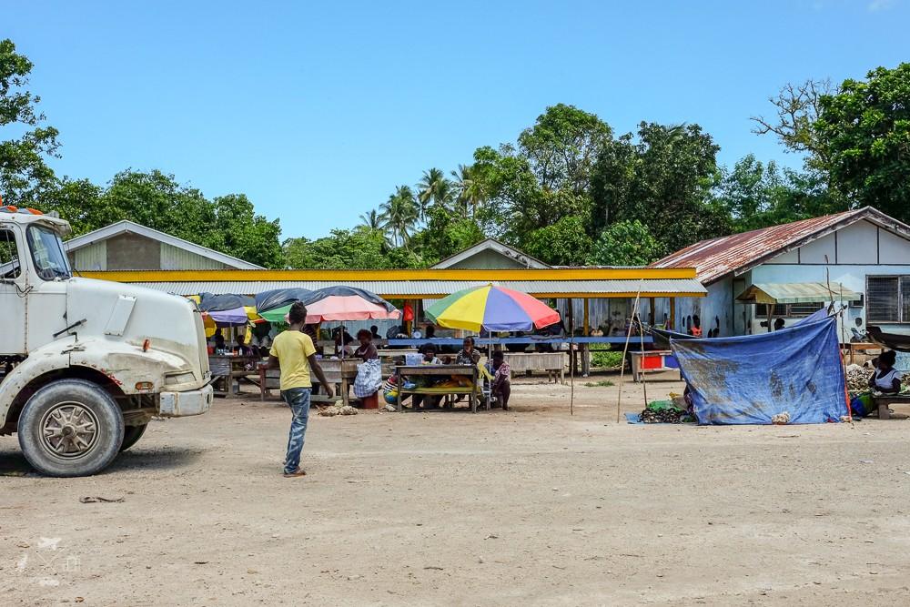 Stragany na targowisku w wiosce Munda przez hotelem Agnes