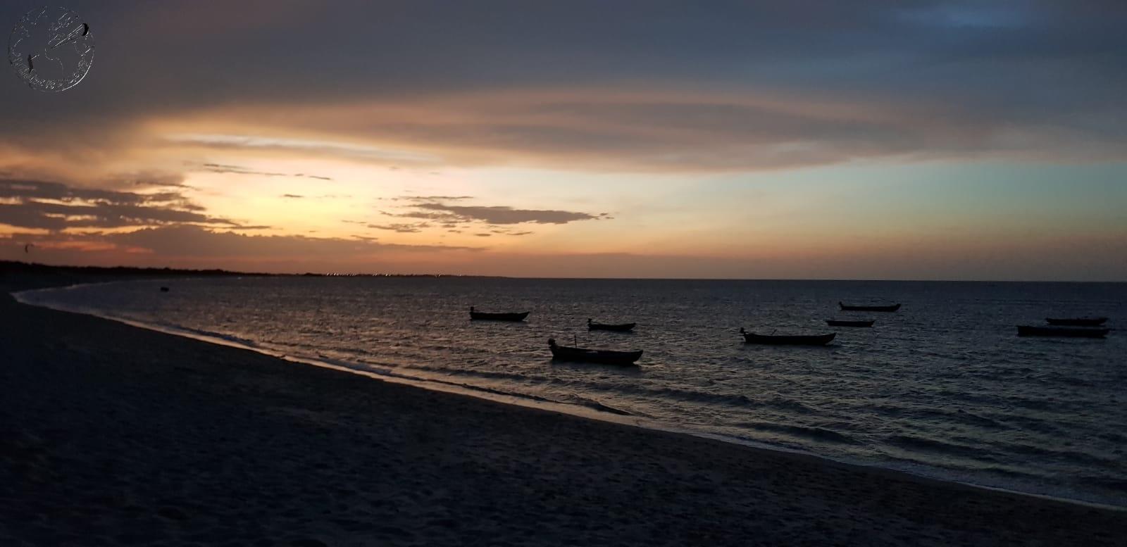 Sunset face au bateau de pêche à Barra Grande, kite trip Brésil