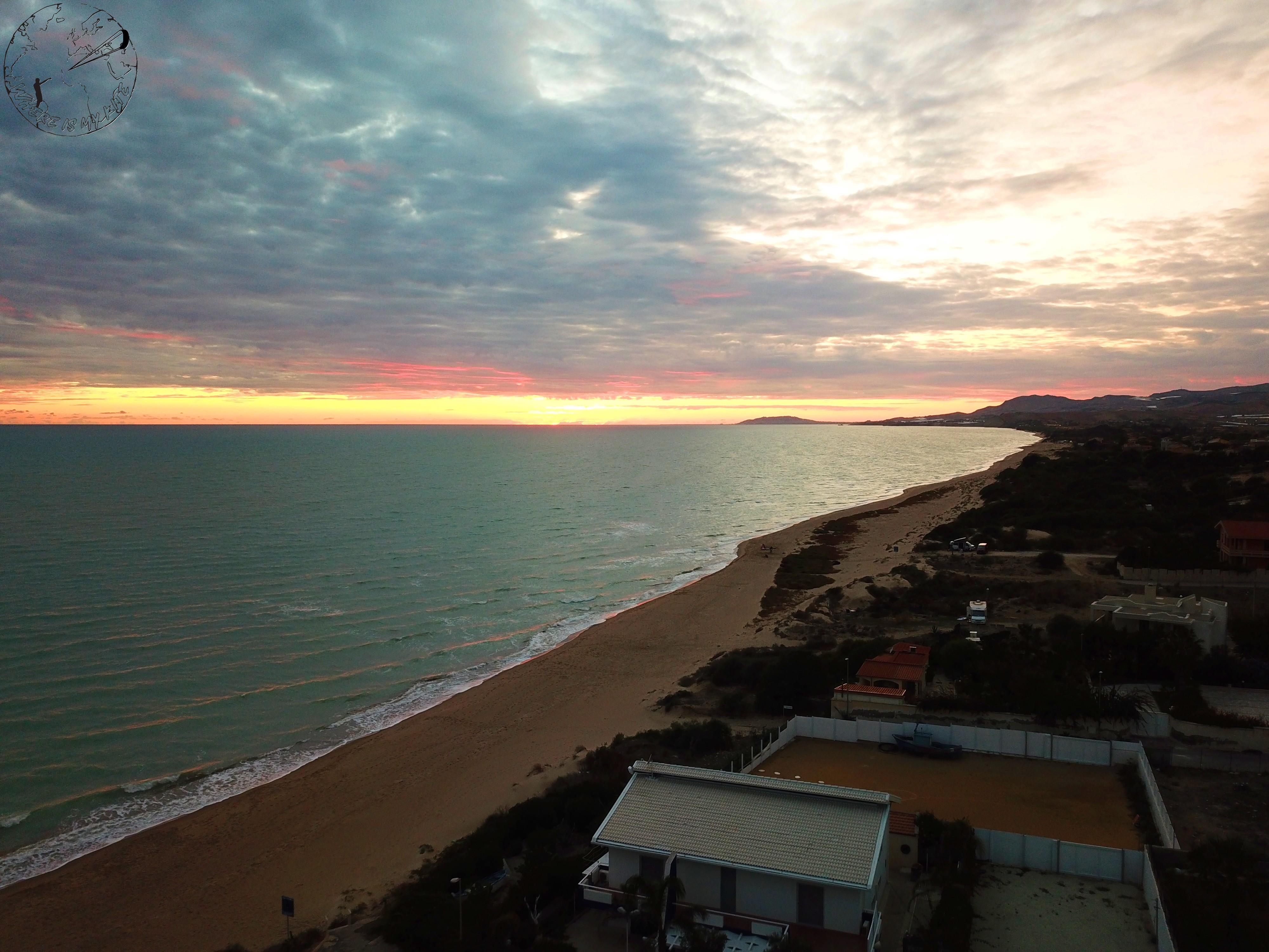 Sunset sur le spot de kite de Manfria en Sicile, Italie