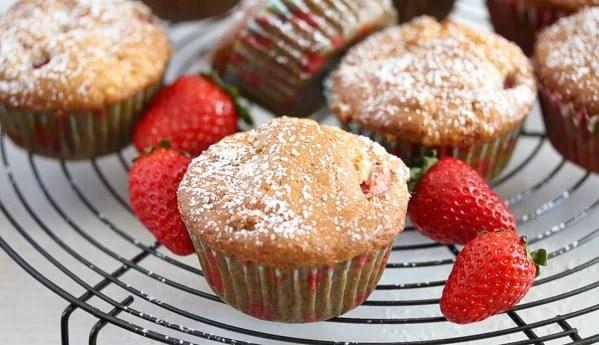 strawberry muffins 12 Strawberry Muffins with Yogurt and White Chocolate