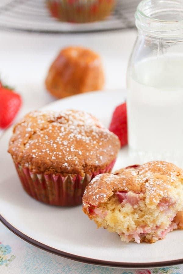 strawberry muffins 16 Strawberry Muffins with Yogurt and White Chocolate