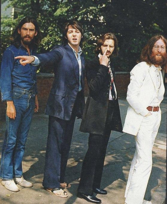 I Beatles prima di passeggiare su Abbey Road