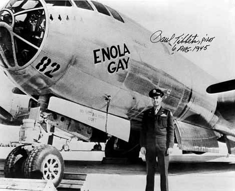 Enola Gay e Paul Tibbets prima di sganciare la bomba atomica