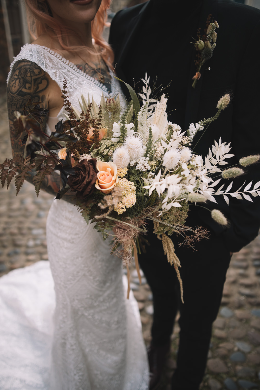 Mariages en milieu de semaine Lauren Elliott photographie Bouquet fleurs mariée mariée fleurs séchées herbe