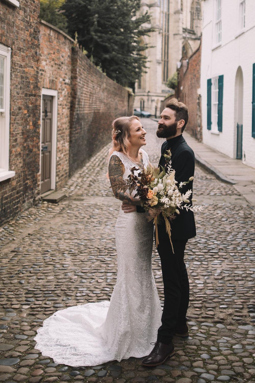 Mariage en milieu de semaine Lauren Elliott photographie mariée robe de mariée robe dentelle tatouages