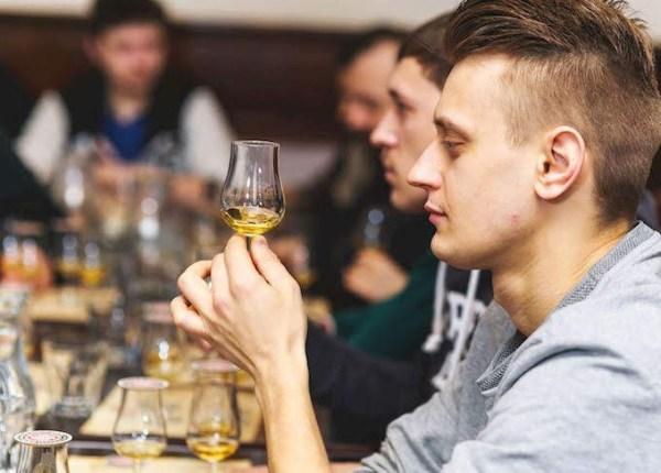 persona catando whisky en whisky club madrid