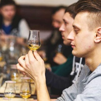 persona catando whisky en whisky club madrid