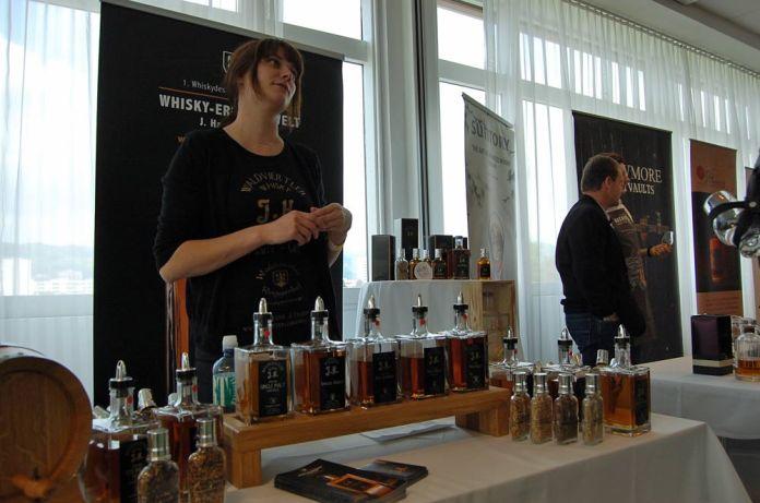 Auch Jasmin Haider brachte ihre Whiskys aus dem Waldviertel mit. Der Waldviertler Whisky J.H. ist die älteste Whiskymarke Österreichs.