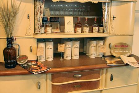 Vintage-Style: Gilors Whisky gibt's vor Ort auch im Destillerie-Shop. Foto: Simon Weiß
