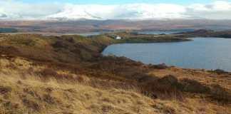 """Unser Bild zeigt den Blick auf die Ardnahoe Farm und die Jura Mountains. """"Ardnahoe Loch View – geograph.org.uk – 1165296"""" von Mary and Angus Hogg. Lizenziert unter CC BY-SA 2.0 über Wikimedia Commons."""