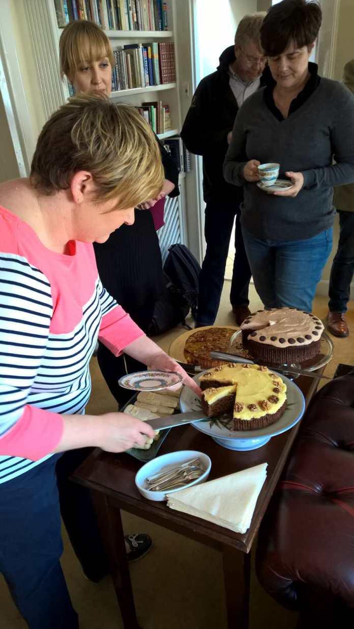 Torte mit Lagavulin, Torte mit Guinness und Apfelkuchen. Im Hintergrund Nick Morgan, Head of Whisky Outreach von Diageo
