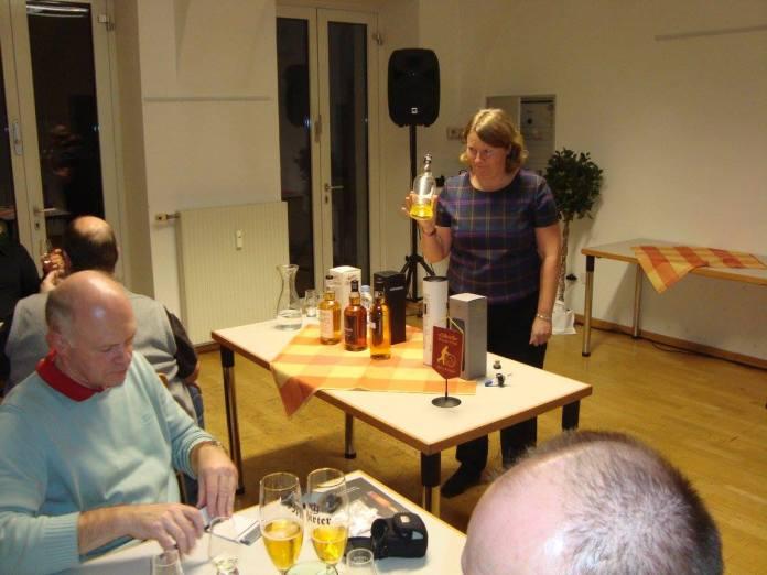 Melanie Stanger bei der Verkostung. Auf dem Tisch vor ihr auch die Probe des neuen Local Barley. Bild: Dr. Mario Prinz
