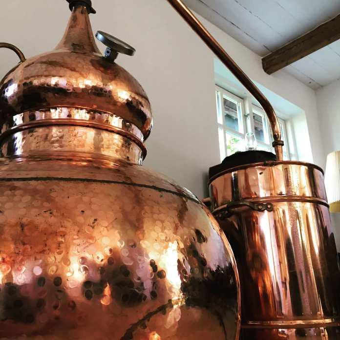 In diesen Test-Potstulls läuft gerade die Probeproduktion. Bild: Sall Whisky Distillery