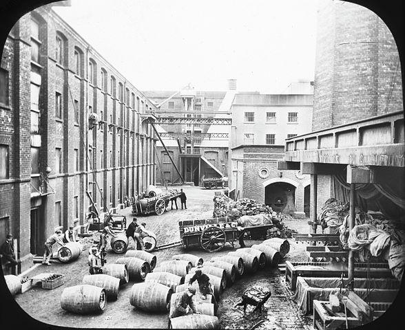 Foto der alten Dunville Distillery  von Thomas Holmes Mason (1877-1958), aus der Mason Photographic Collection der National Library of Ireland.