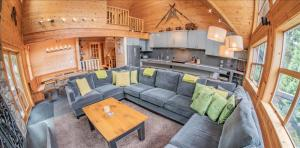 Pinnacle Ridge 6 bedroom :: Ski in/out, private hot tub Pictures