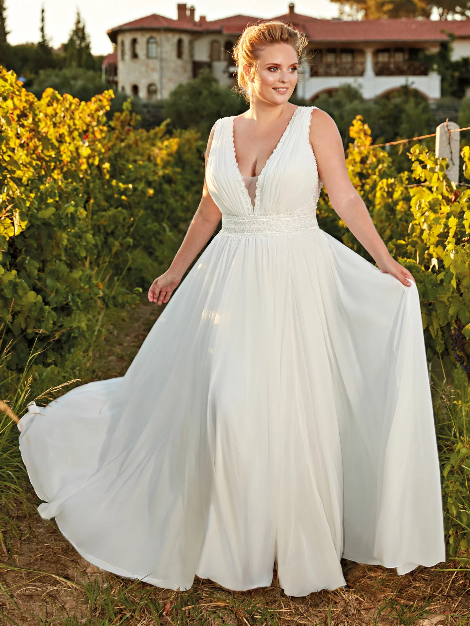 robe de mariée simple grande taille col v plongeant