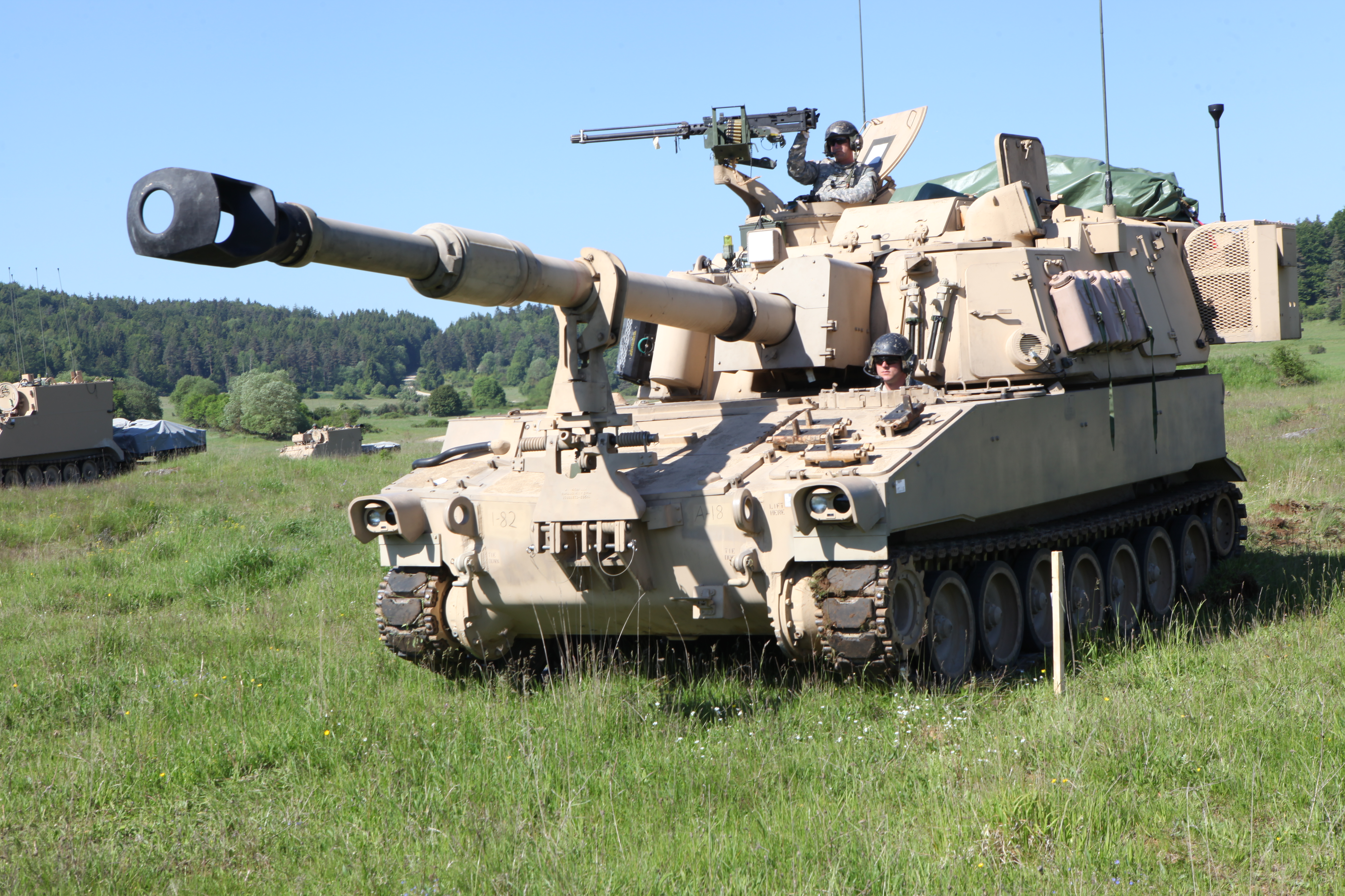 The American Paladin SPAAG has a large 155mm howitzer with a prominent muzzle brake. The large turret and gun fastening clamp are SPG features.