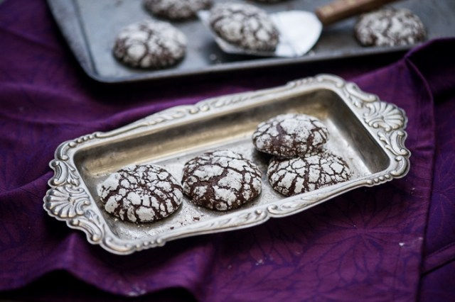 Ginger molasses crinkle cookies or ginger molasses crack cookies recipe from @whiteonrice