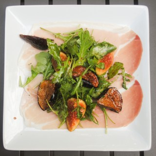 Fresh and broiled fig salad with arugula and prosciutto