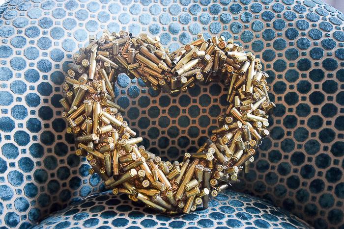 DIY dekoráció-koszorú újrahasznosítással töltényhüvelyből Valentin-napra.