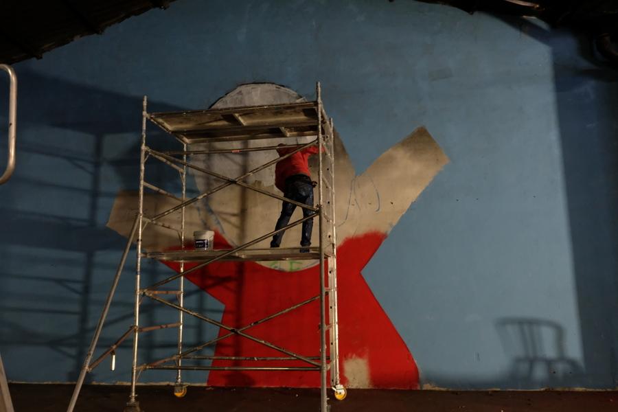 L'artiste havro-réunionnais Jace en train de faire un Gouzou très lyonnais