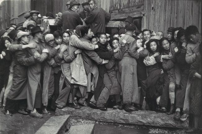 1948年國民黨政府金融改革政策宣告失敗,通貨膨脹至難以控制的地步,照片中民眾擠在上海一家銀行外等著換領金條。 Henri Cartier-Bresson攝於1948年底。