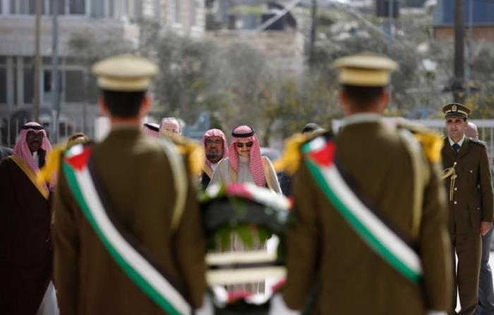 沙烏地阿拉伯王子瓦利賓塔拉(Waleed bin Talal)出席巴勒斯坦領袖阿拉法特喪禮。沙烏地阿拉伯是遜尼派主要領導國。
