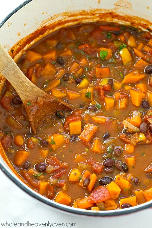 You won't even miss the meat at all in this super-flavorful veggie-packed vegetarian chili that comes together in only 30 minutes! Perfect for a healthier game-day dinner!