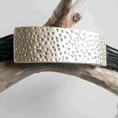 Front groove black bracelet