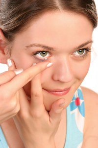 How to Insert and Remove Contact Lenses