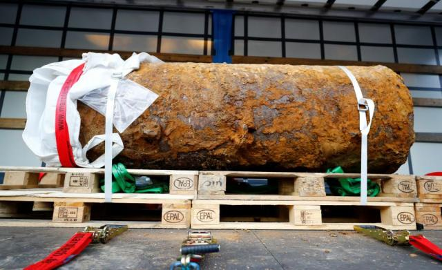 Explosives experts defused a massive World War Two bomb after tens of thousands of people evacuated their homes in Frankfurt, Germany, September 3, 2017. REUTERS/Kai Pfaffenbach