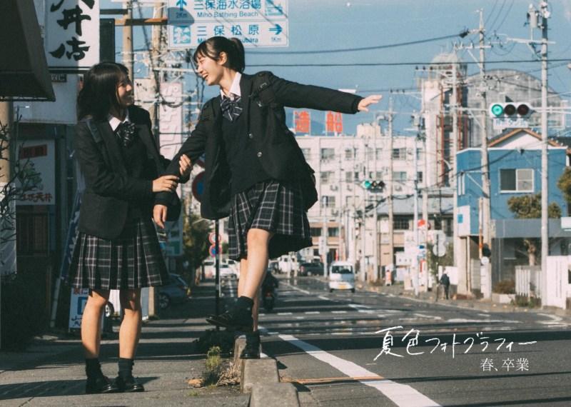 Foto Dua Siswi Berlatar Belakang Gunung Fuji Mengingatkan Tentang Hari Indah di Bangku Sekolah 1