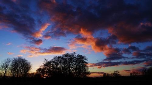 Lucht met oranje wolken