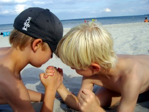 children-arm-wrestling-beach-176645_1280