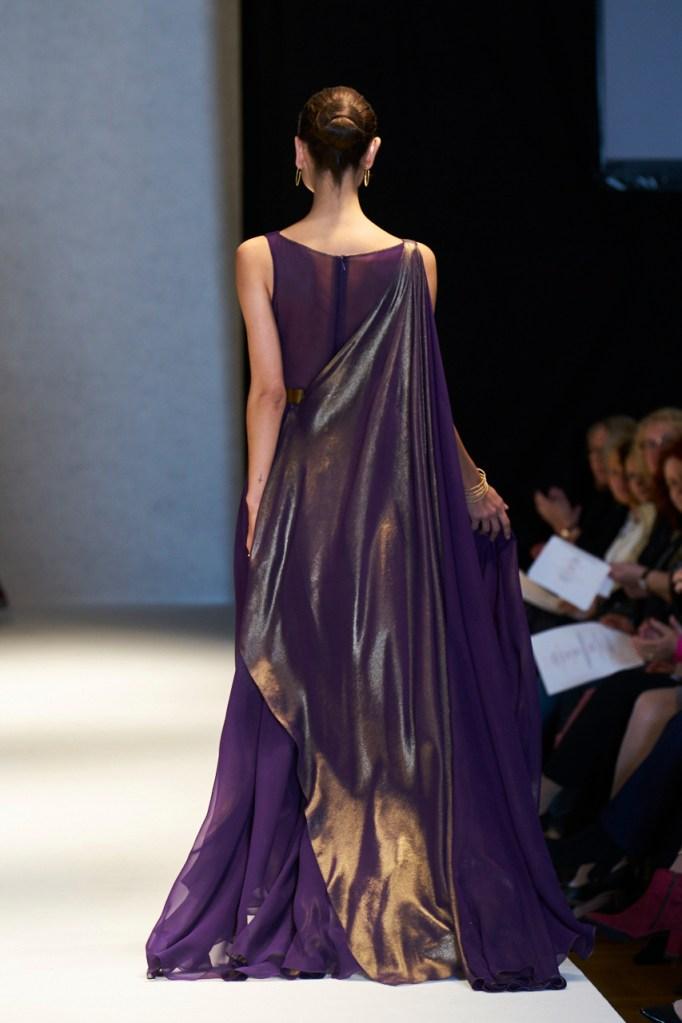 Kjole i silkegeorgette med guldbehandling