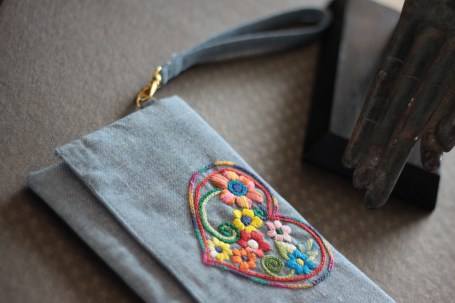The Heart 1 - SOLDMaterial : denimColour : soft blue with yellow liningLength : 20cmHeight : 13cm