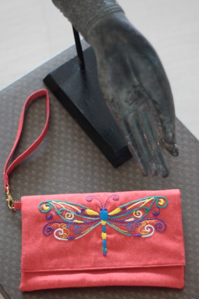 The Dragonfly 3Material : denimColour : red with yellow liningLength : 20cmHeight : 13cm