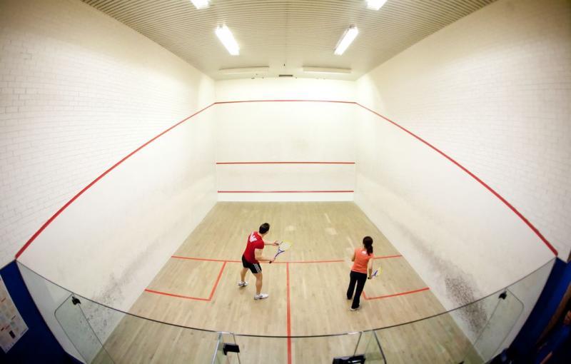 wie gross ist ein squash spielfeld