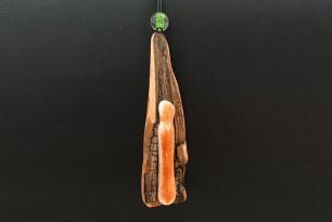 Hanger van hout en glas